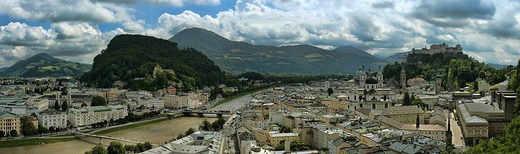 Blick auf die Stadt Salzburg mit der Festung Hohensalzburg, Salzach und Bergen des Salzburger Lands