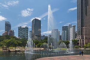 KLCC Park - Image: 2016 Kuala Lumpur, Park KLCC, Fontanna na jeziorze Symphony (03)