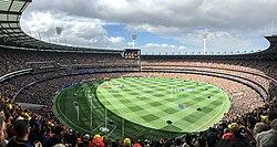 2017 AFL Grand Final Panorama während der Nationalhymne.jpg