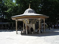EYYUP SULTAN CAMİİ 200px-4768_Istanbul_-_Fontana_rituale_a_Ey%C3%BCp_-_Foto_G._Dall%27Orto_30-5-2006