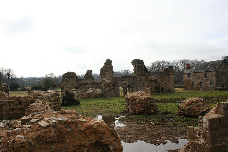 Le cloitre vue depuis l'intérieur de l'église, avec au milieu l'endroit du bassin. Vue des ruines de l'abbaye de savigny le vieux, manche, france