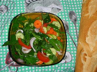 Sonchus oleraceus - Green salad with carrot, cucumber, onion, Sonchus oleraceus leaves, and tomato slices.