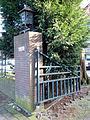 Ambachtsschool Gouda. Toegangshek met lantaarn.jpg