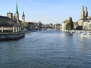 Ansicht von der 'Quaibrücke' auf einige Sehenswürdigkeiten der Altstadt beidseits der Limmat in Zürich 2012-03-27 17-10-29 (P7000).JPG