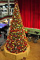 Ansicht von der obersten Verkaufsebene des Glattzentrums in Wallisellen auf den Weihnachtsbaum und die -dekoration im Hauptfoyer 2011-11-19 18-47-50 ShiftN.jpg