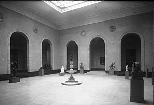 Darling and Pearson - Art Gallery of Ontario sculpture court, in a 1929 photo