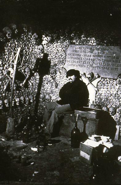 Fichier:Autoportrait de Nadar dans les Catacombes.jpg