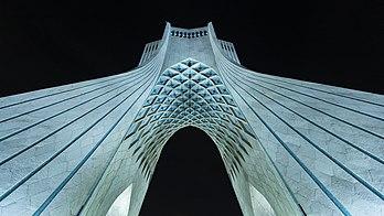 La tour Azadi de nuit, photographiée en contre-plongée. (définition réelle 5429×3054)