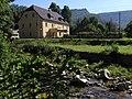 Bílý Potok - řeka Smědá a čp. 6 (penzion Poledník).jpg