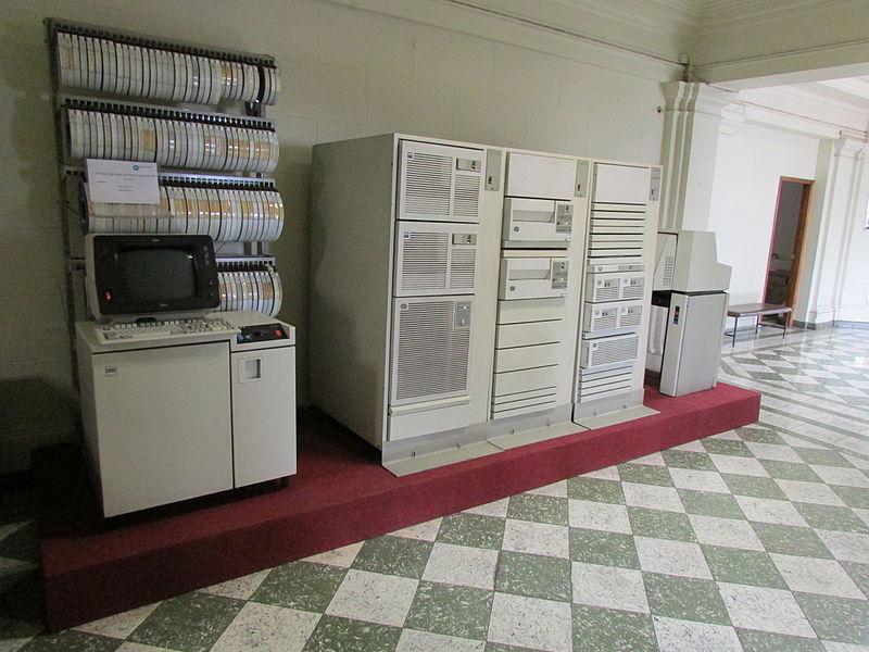 File:BNCL - Primer Servidor de la Biblioteca Nacional ca.1972 (Vista en Escorzo desde la Izquierda) - Imagen 01.JPG