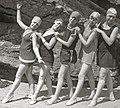 Bañistas en la playa de la Concha (16 de 22) - Fondo Car-Kutxa Fototeka (cropped).jpg