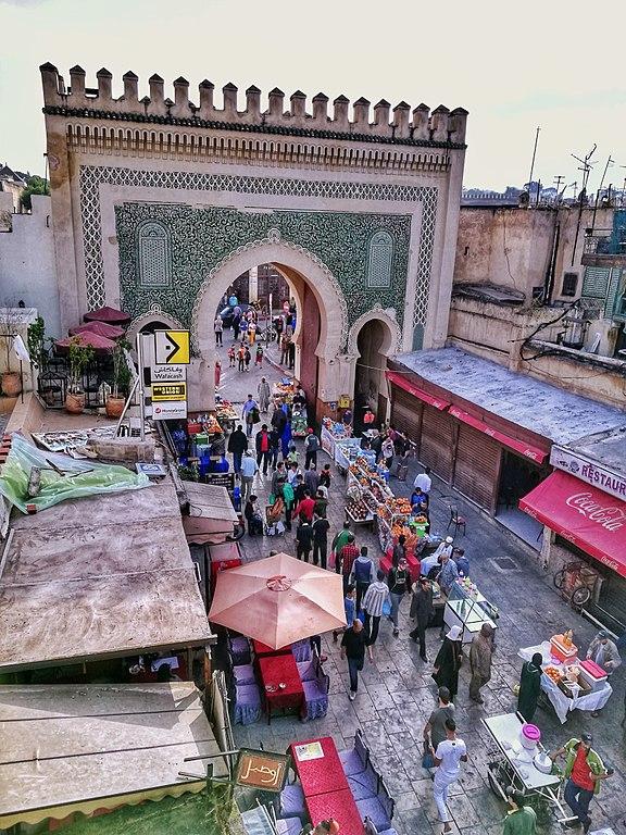 Derrière à la porte Bab Boujloud à l'intérieur de la médina de Fès. Photo de Momed.salhi