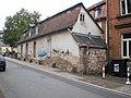 Barockhäuschen 1a mit Graffiti und Anbau mit Mauerresten am Barfüssertor von Barfüßerstraße Marburg, 2016-10-28.jpg
