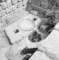 Bij de ruines van de synagoge, de overblijfselen van een olijvenpers met twee op, Bestanddeelnr 255-2616.jpg
