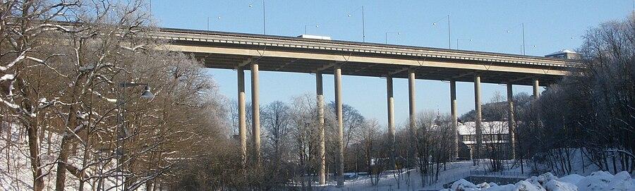 Blommensbergviadukten, vy mod øst.   I baggrunden ses Blommenbjergskolen, februar 2010.