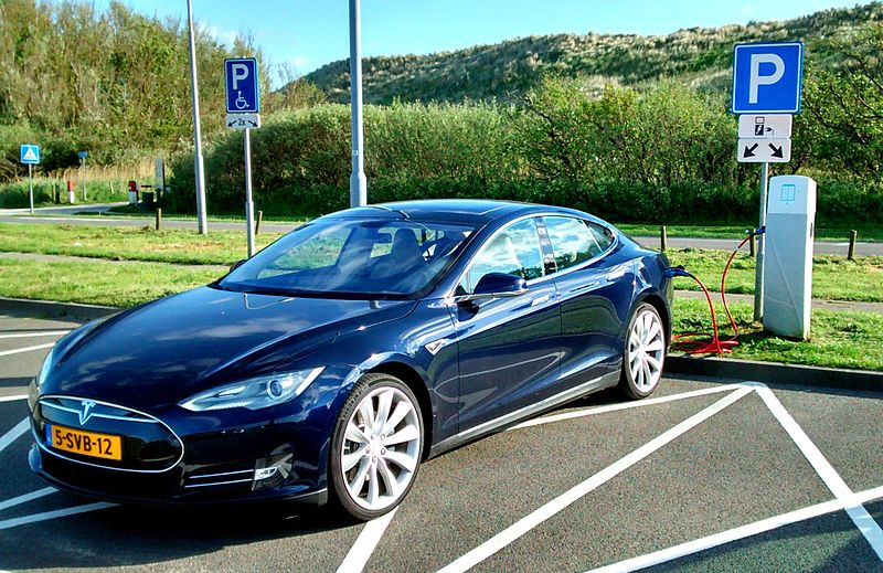 800px-Blue_Tesla_Model_S_Zoutelande_dune