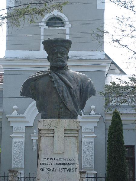 File:Bocskai István statue in Nyárádszereda.jpg