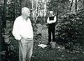 Bohumil Hrabal na zahradě své chaty v Kersku, 1989 (vpravo básník Jaromír Pelc).jpg