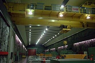Robert-Bourassa generating station - Image: Bourassa power plant bridge crane