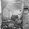 Brand in lompenopslagplaats aan de Strekkade te Rotterdam de brandweer aan het b, Bestanddeelnr 917-7856.jpg