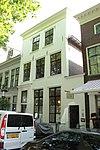 foto van Huis, bestaande uit twee bouwlagen met de kap loodrecht op de straat