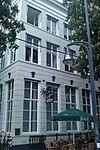 foto van Hoekhuis met gepleisterde lijstgevel met cordon-banden