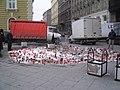 Budapest Nyugati tér gyertyák és emlékezők 2011-01-31.JPG