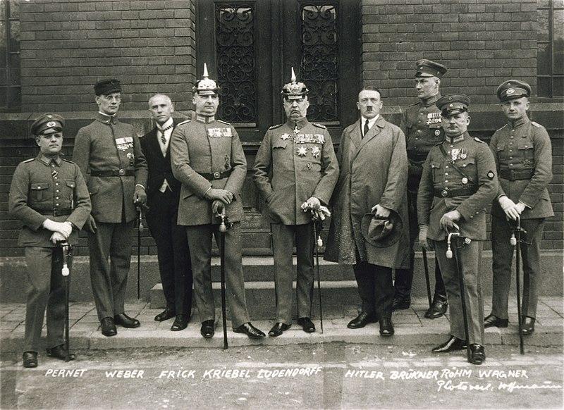 Adolf Hitler junto a Erich Ludendorf, Ernst Rohm y otros líderes del nazismo durante los juicios por el intento de golpe de estado de 1923. Autor: Heinrich Hoffmann, 01704/1924. Fuente: Bundesarchiv, Bild 102-00344A (CC-BY-SA 3.0)