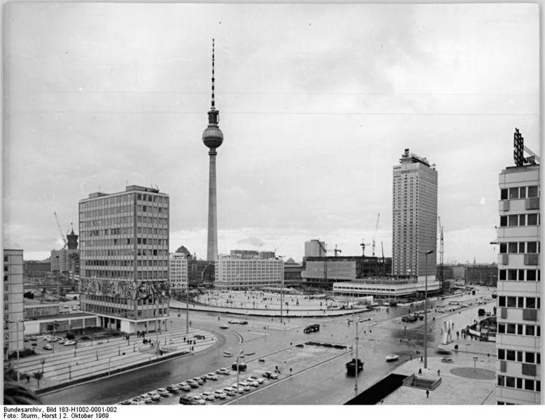 Alexanderplatz, coeur de Berlin est avec la tour de télévision au beau milieu.