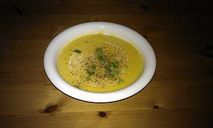 Butternut- och jordärtskockssoppa garnerad med svartpeppar och persilja.
