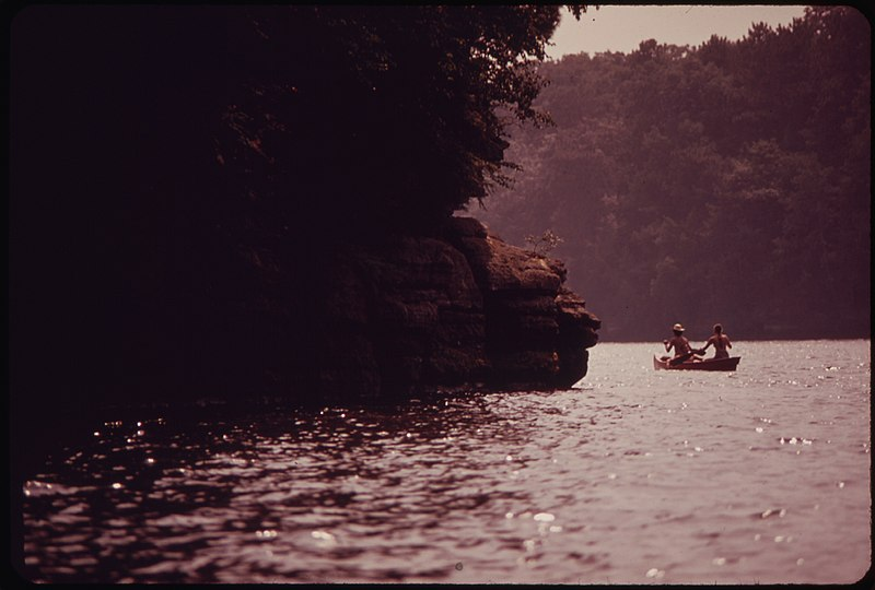 File:CANOEING ON THE WISCONSIN RIVER AT WISCONSIN DELLS, A POPULAR RECREATION AREA - NARA - 550822.jpg