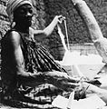 COLLECTIE TROPENMUSEUM Een Samo vrouw spint garen uit zelfverbouwde katoen TMnr 20010543.jpg