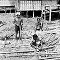 COLLECTIE TROPENMUSEUM Mannen bouwen huizen voor de gasten die een dodenfeest zullen bijwonen in kampong Kesoe bij Rantépao Celebes TMnr 10003197.jpg