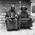 COLLECTIE TROPENMUSEUM Portret van een Mossi chef met de broer van zijn vader Mossiplateau TMnr 20010071.jpg
