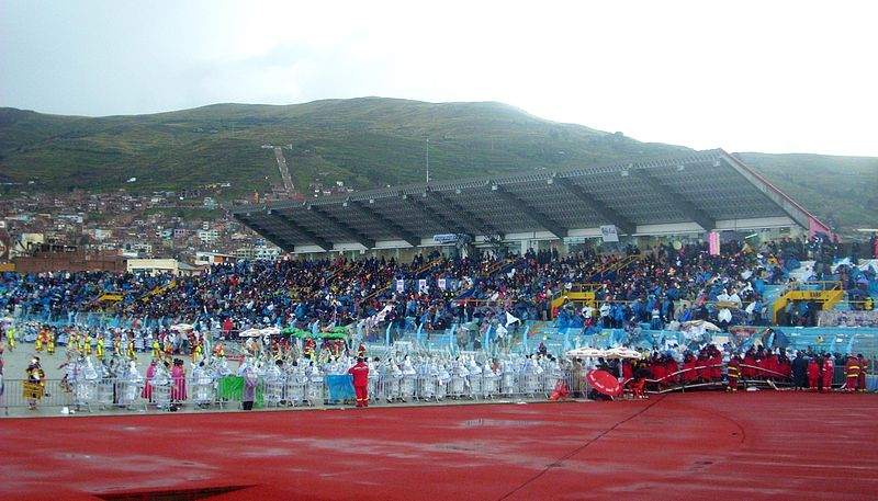 Archivo:Candelaria Trajes de Luces, Estadio De PUNO-PERU2.jpg