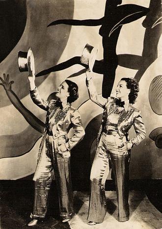 Cinédia - Image: Carmen Miranda e Aurora Miranda em Alô, Alô Carnaval (1936)