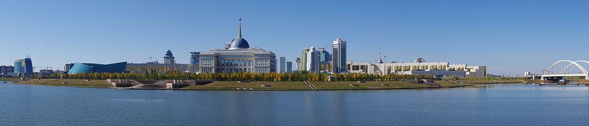 תצלום פנורמי של קריית הממשלה באסטנה לגדות הנהר
