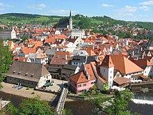 Výhled z krumlovského zámku na Vnitřní město a čtvrť Horní Brána.
