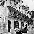 Chalet-Hôtel met vermoedelijk de auto van Willem vd Poll, Bestanddeelnr 254-3358.jpg