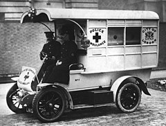 City of London police ambulance 1913.jpg