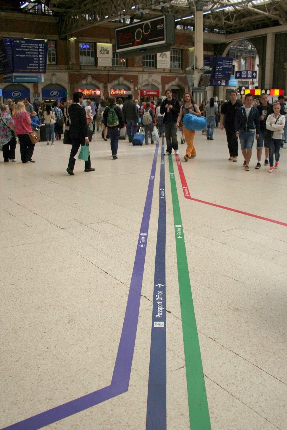Cmglee London Victoria station floor lines
