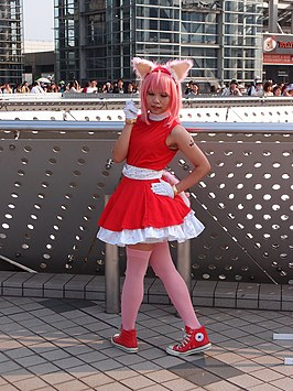 Cosplayer, uitgedost als Amy Rose
