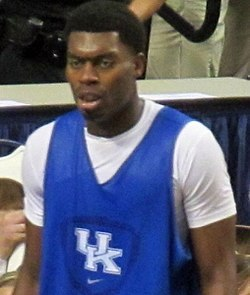 Johnson usando o uniforme azul e branco da Universidade do Kentucky em 2013