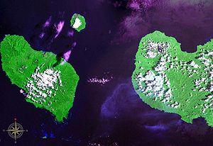 Die Dampier-Straße aus dem Weltraum. Westlich davon liegen Umboi-Insel und Sakar, östlich Neubritannien