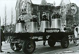 Das Eppelsche Gespann zieht 1949 die von ihm gestifteten Kirchenglocken zur Michaeliskirche nach Stuttgart-Degerloch.jpg