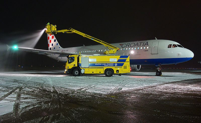 File:De-icing Croatia Airlines.jpg