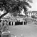 De koninklijke stoet op weg naar het Monument voor de gevallenen. Op de voorgron, Bestanddeelnr 252-4246.jpg