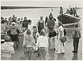 Demonstratie reddingsbrigade drenkeling wordt aan land gebracht. NL-HlmNHA 54015693.JPG