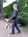 """Detail der Statuengruppe """"Mann mit Hund"""" von Christel Lechner im Schlosspark Lichtenwalde 01.jpg"""