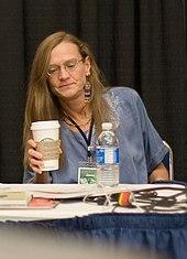 photo en couleur d'une femme, Diana Schutz, assise